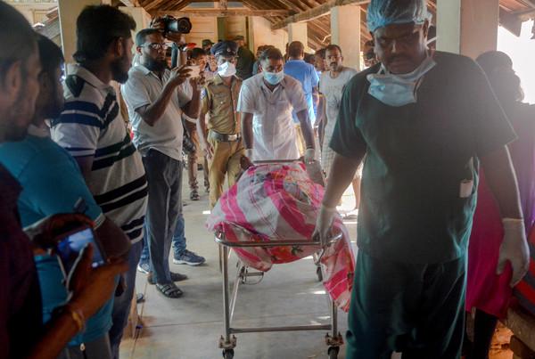 ▲▼斯里蘭卡爆炸,罹難者遺體被抬出。(圖/路透)