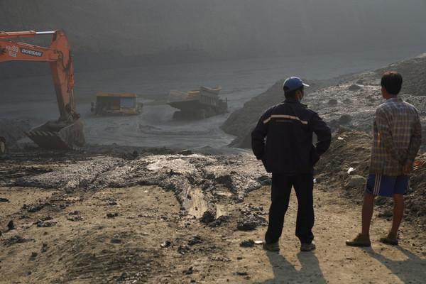 ▲▼緬甸北部玉石礦場崩塌後形成泥潭,54礦工遭活埋。(圖/路透)