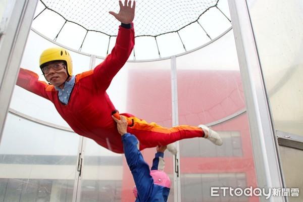 ▲體育署優質運動遊程-空中運動體驗採訪,垂直風洞飛行場,體驗垂直氣流在空氣中飄浮飛行吹送,氣流時速約 195km,前神龍小組、教官習鴻運。(圖/記者路皓惟攝)