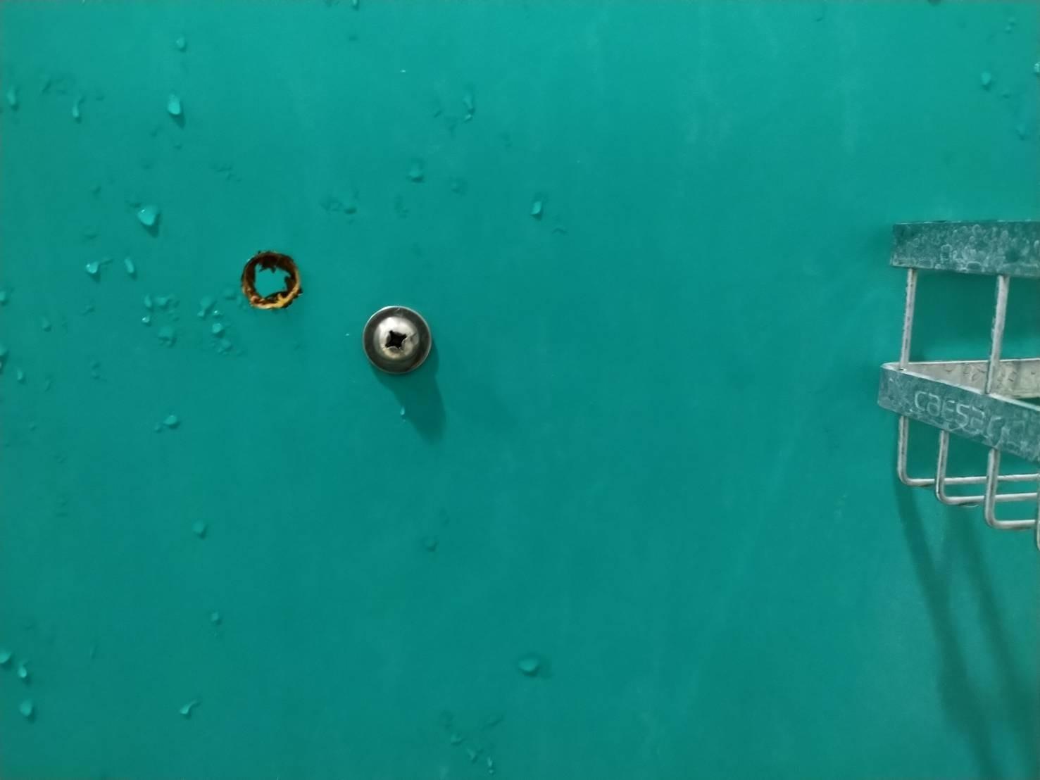 ▲▼運動中心淋浴隔板遭鑽孔 業者祭出懸賞抓賊。(圖/翻攝新竹市竹光國民運動中心)