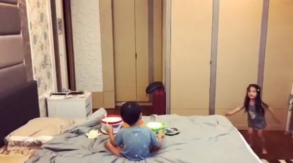 隋棠2歲女兒暴走熱舞萌翻! 一看旁邊「Max超冷靜伴奏」…網笑歪