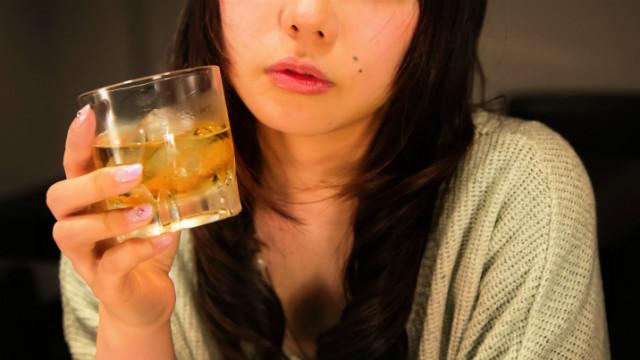 ▲喝醉,正妹,喝酒,狂飲,OL。(圖/翻攝自免費圖庫pakutaso)