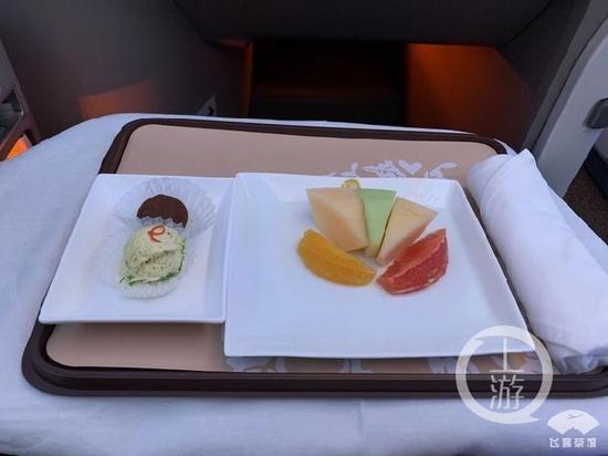 ▲▼ 他花三萬元坐商務艙 只吃5片水果和小點心。(圖/上游新聞、微博)