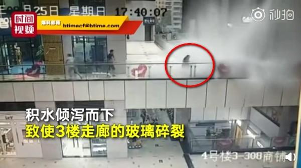 白鹿豪雨壓迫商場布幕 「恐怖洪水」灌進3樓把她沖飛數公尺!(圖/翻攝自大陸《北京視頻》)