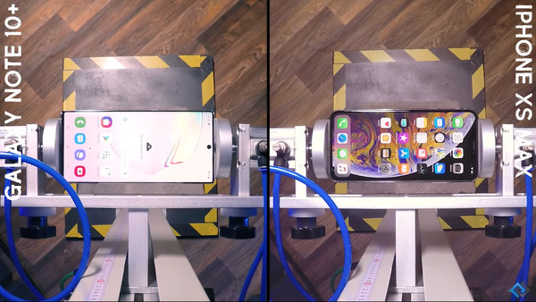 ▲▼三星Galaxy Note 10、蘋果iPhone XS Max摔落測試。(圖/翻攝自YouTube/PhoneBuff)