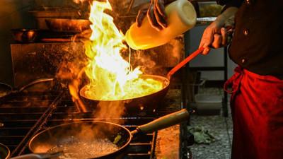 廚房爬滿強哥!新北超噁熱炒店「地板一層厚油」 酒促嚇瘋:連衛生紙裡都有