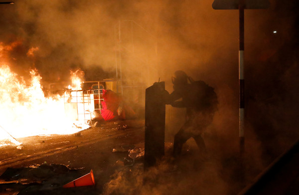 ▲▼港警攻入中大校園!催淚彈、槍聲不斷 學生丟磚反擊遭壓制。(圖/路透)