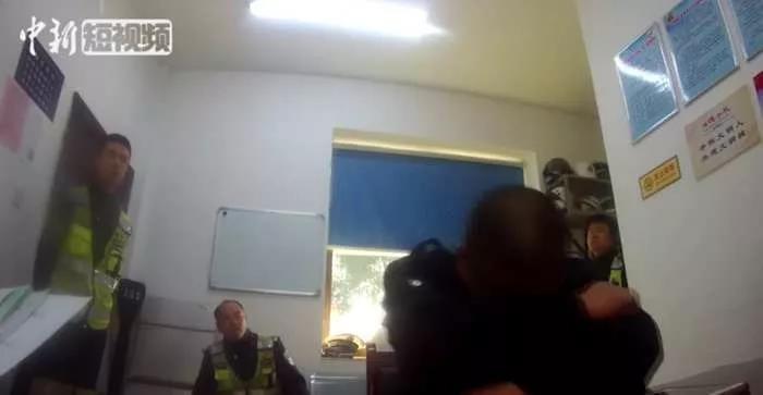 ▲公車司機酒駕遭女警罵到倒桌。(圖/翻攝自《中國新聞網》微信公眾號)