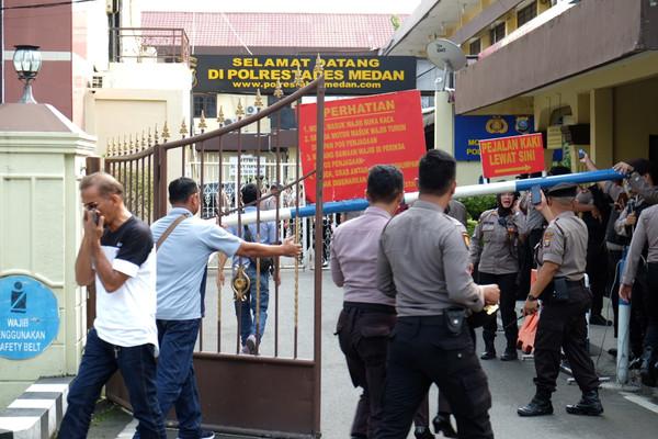 ▲▼印尼北蘇門答臘省首府棉蘭市(Medan)警察總部外發生引爆炸彈攻擊事件。(圖/路透)