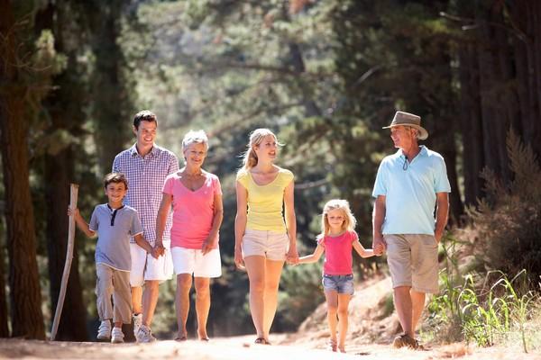 散步,祖父母,父母,子女,親子。(圖/達志影像)