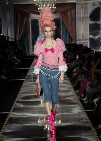 米兰时装秀/MOSCHINO玩穿越。