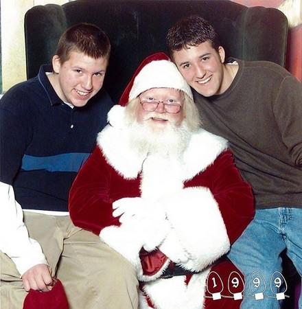 坚持34年 和圣诞老人拍照的两兄弟