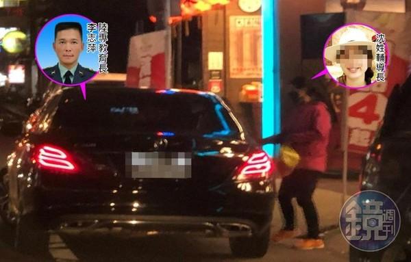 0409/19:16陸軍專科學校上校教育長李志萍遭爆料,載著小他21歲的沈姓上士輔導長(紅衣者)上摩鐵,雙方待了近3小時才離開。