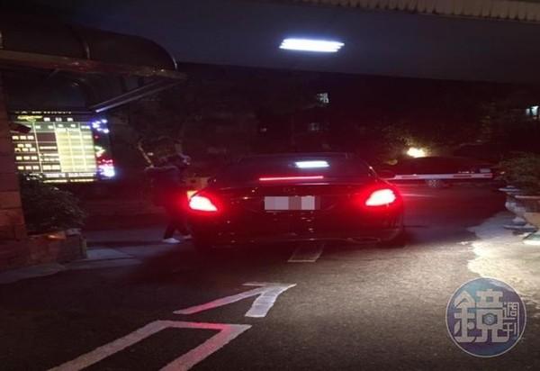 0409/19:55陸軍專校教育長李志萍開賓士車,載著女上士直奔摩鐵。