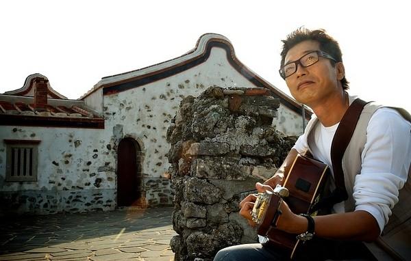 儿时看人在海边听浪,弹吉他,吹口琴,是陈宏铭美好的回忆.