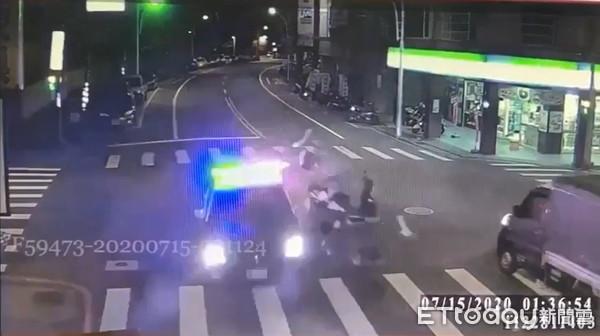 快訊/三峽重大車禍1死3傷!少年闖紅燈高速撞警車噴飛亡 2警濺血掛彩