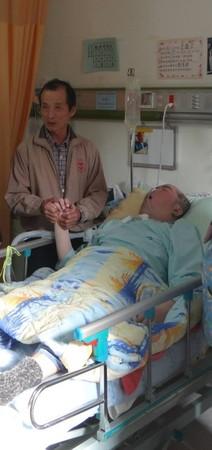 板橋警頭部中槍變植物人…父照顧23年!坐床邊哭著等他心跳停止