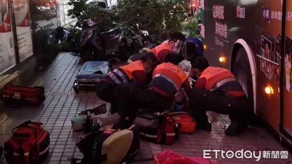 內湖公車撞24機車奪命、警員送醫 肇事原因出爐「駕駛睡著」
