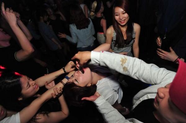 南韓夜店裡,各種放蕩事都可能發生…讓我們繼續看下去