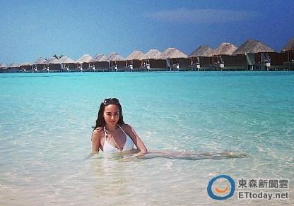 她今天(17日)要跟老公飞到泰国海岛度假,日前却抢先在微博po比基尼照