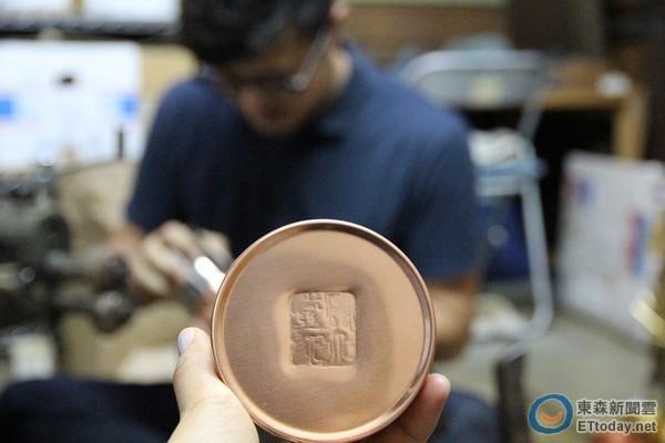 八木隆裕说,在自己心里,一直有爷爷辛苦手工制作茶筒的画面,那也是