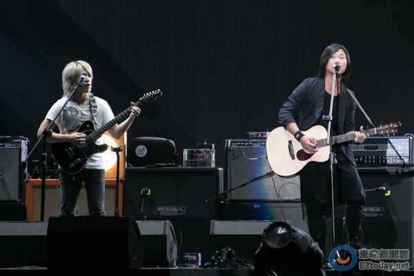 玛莎脱团演出,加入先知玛莉弹奏木吉他.(图/记者周辰亘摄)