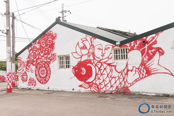 彩绘村」近年来颇具知名度,鲜红色的剪纸造型漆於小村的墙上,沿著电线图片
