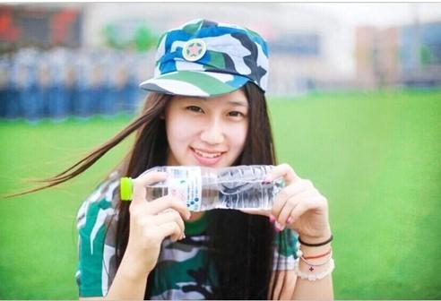 學生姊的蜓_大陆中心/综合报导 四川西南民族大学一名大四女学生,日前在操场上拍