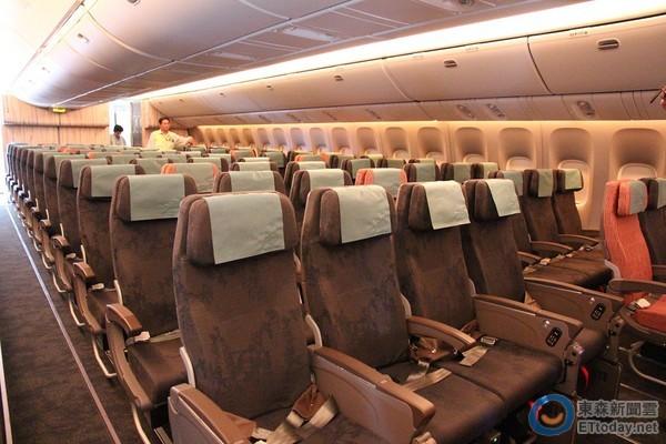 777-300er新机共有358个座位,包括40席豪华商务舱,62席豪华经济舱