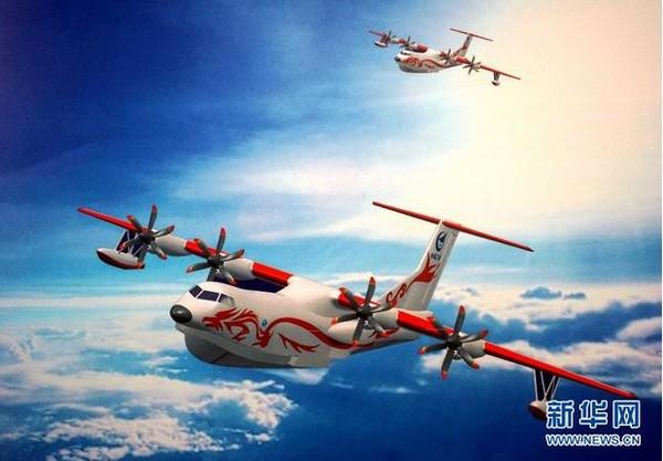 水陸兩棲飛機「蛟龍600」(AG600)。(圖/翻攝自新華網) 大陸中心/綜合報導 中國國產大型滅火/水上救援水陸兩棲飛機蛟龍-600(AG-600),預計在今年完成總裝、力爭實現首飛,將是中國新一代特種航空產品的里程碑式產品。《新浪軍事》指出,這款飛機除了可應用在森林滅火、水上救援外,還能用於水陸兩棲登陸作戰任務,改裝進行反潛巡邏任務,監控南海美日潛艦。 蛟龍-600水上飛機是單船身四發渦輪螺旋槳式綜合救援飛機,主要用來滿足中國森林滅火、水上應急救援任務的需要。其機體體積比波音-737還大,最大起飛重
