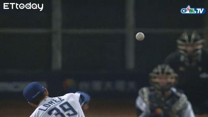 林立再次面對羅力,掃出左外野的飛球,形成二壘安打,04/12 Lamigo vs 富邦,三局上