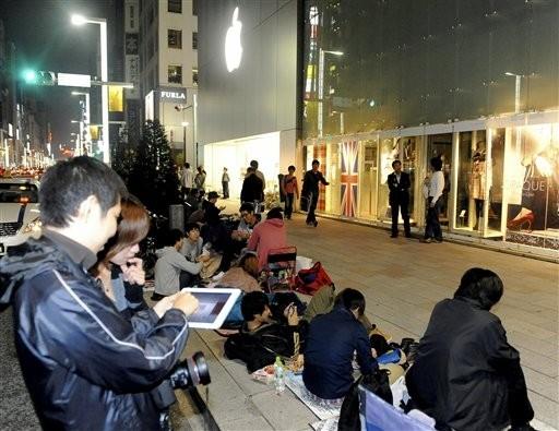 東京的蘋果專賣店前大排長龍,人人都想買iPhone 4S。(圖/達志影像/美聯社)