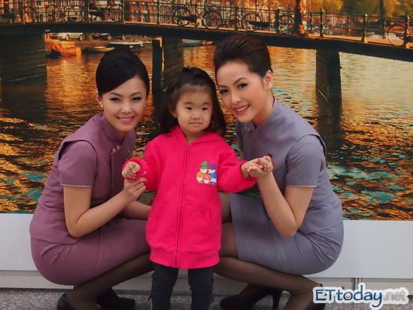 華航新月曆代言人與民眾互動。