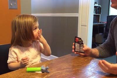 小女孩吃跳跳糖的反應…你以前也是嗎