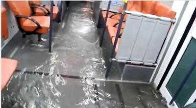 路上行舟!802公車行進中淹水