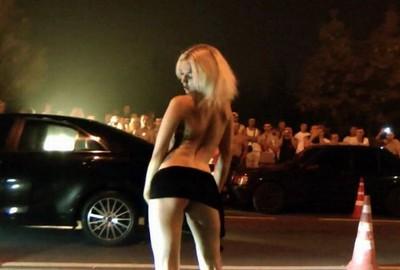 街頭賽車辣妹激情過頭,丁字褲也失守