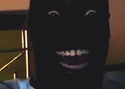 暗摸摸的室內,黑人不笑你就看不到他