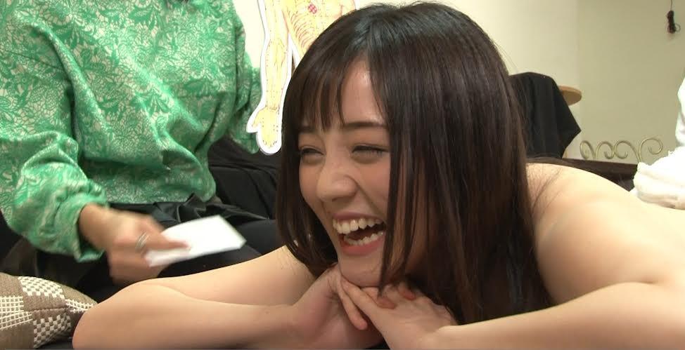 日本AV女優鈴原愛蜜莉接受穴道按摩。(圖/酷瞧)