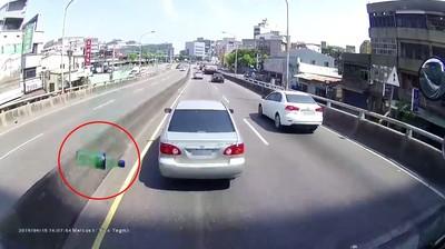 豐田插隊失敗逼車丟雪碧 受害大車駕駛:他要找我麻煩
