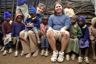可變大的涼鞋,送給買不起鞋的窮孩子