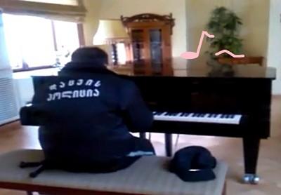 圖書館的隱藏鋼琴師,相信他是保全嗎