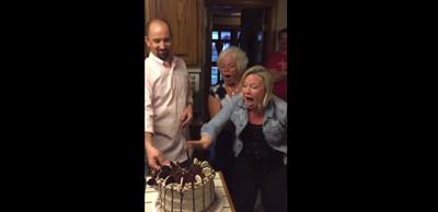 性別藏蛋糕,切開瞬間媽嚇得急忙甩刀