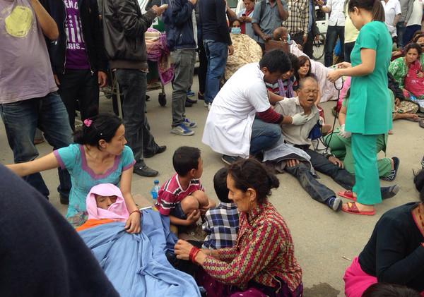 尼泊爾強震上修7.9 1幼童1少女慘遭壓死