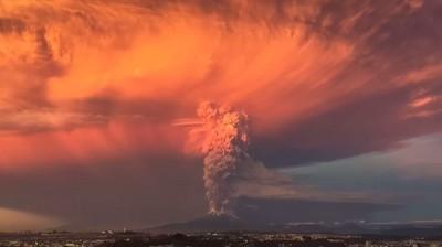 火山噴發柱直衝天際,烏雲雷電天黑黑
