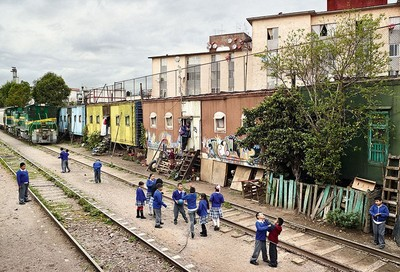遊戲場比一比,玩到一半居然火車通過