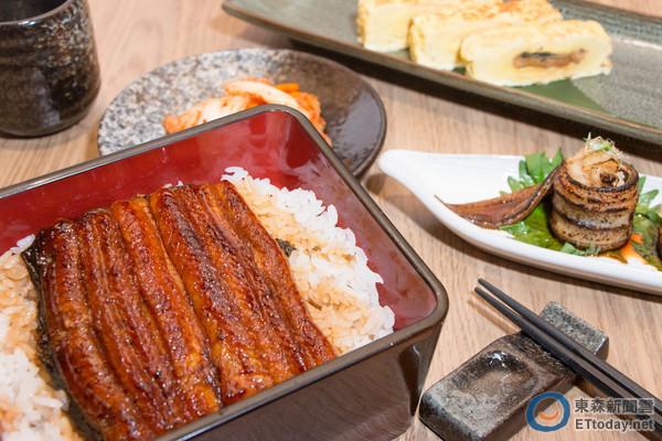 先烤拔刺後再蒸及烤 A4館劍持屋鰻魚飯好吃又沒刺