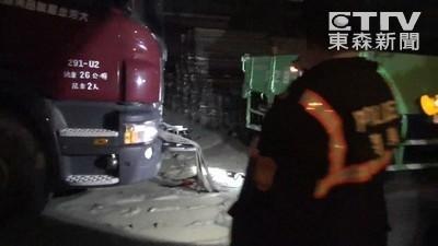 卡車輪胎陷泥濘中 倒車夾死同事