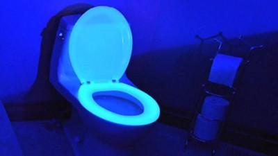螢光馬桶圈發明人:半夜尿尿滑倒,所以哥設計它