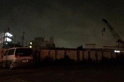 日網友拍攝晚景照,驚見遠方起重機吊著…