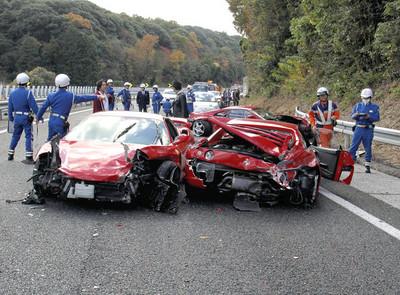 滿載油漆貨車遭撞!一方駕駛瞬間遁地消失?